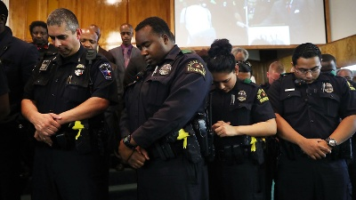 Officers-pray-at-vigil-for-fallen-Dallas-officers-jpg_20160711165424-159532